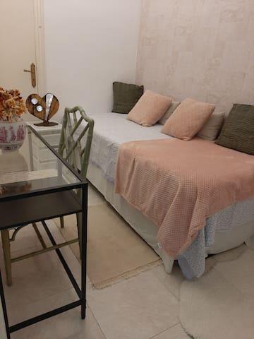 Habitacion pequeña con armario