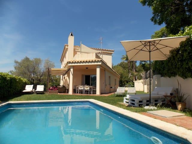 Villa with garden & swimming pool near the beach