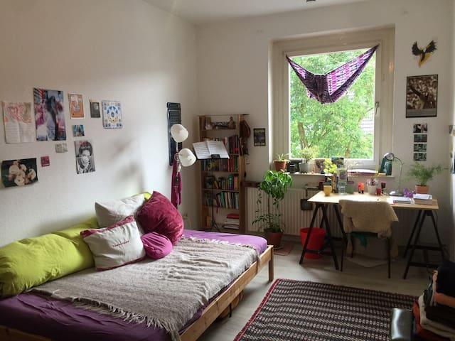 Helles Zimmer in Hildesheimer Studi-WG