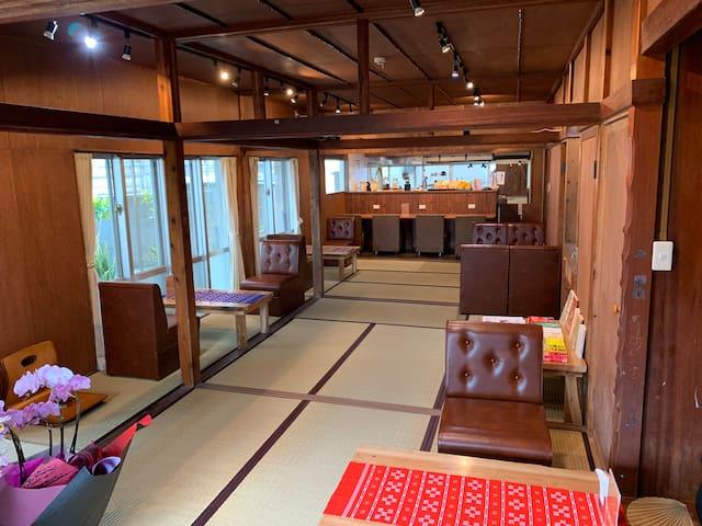 海中道路から約5分!ファミリーやグループならオススメ♪どこか懐かしい雰囲気の『泊まれる喫茶店』です。