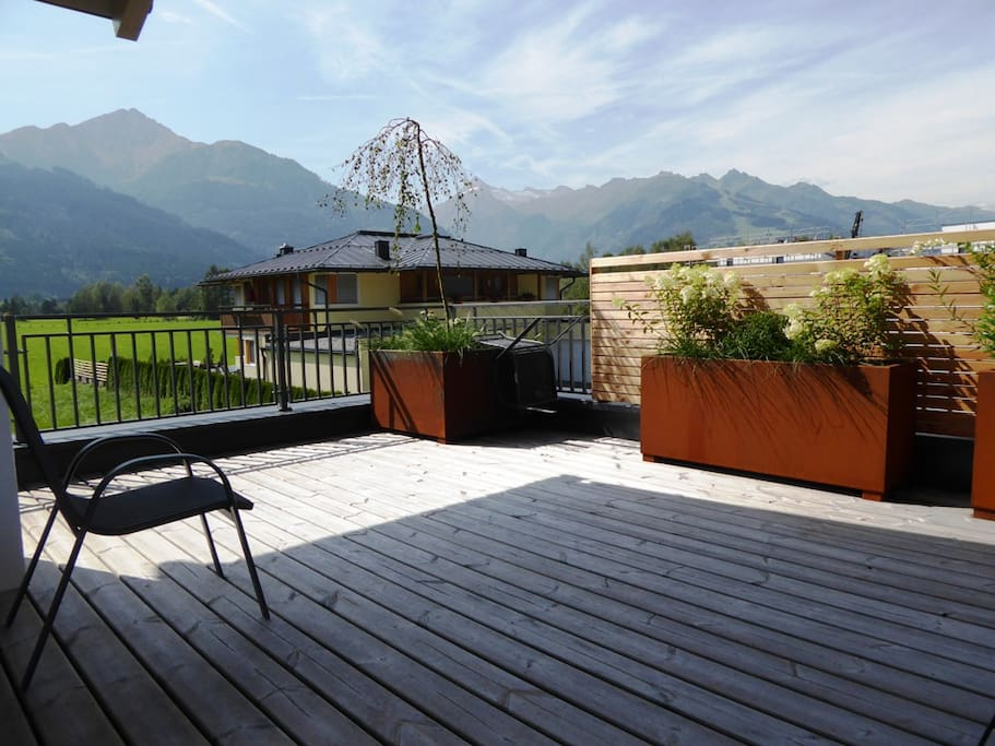 100 m² Terrasse mit Süd- und Westausrichtung.