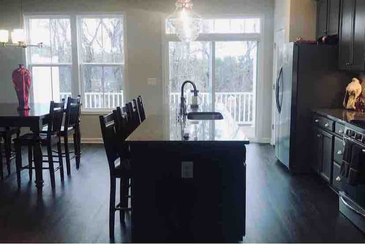 New, luxurious townhouse 5 min from UVA/downtown!