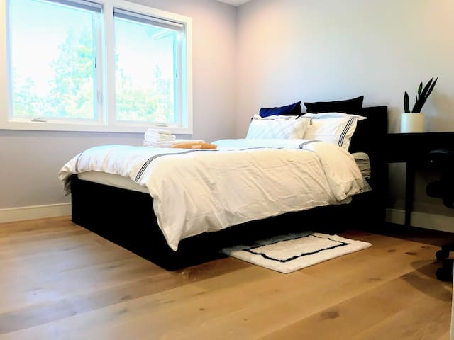 Private Bedroom in Brand New House, Skyline