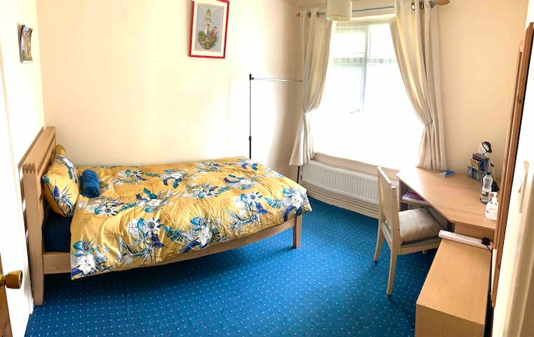 Cosy single room at the city centre home to stay