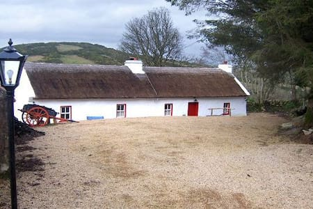 Violet Cottage, Ballyshannon. 300 year old cottage - Ballyshannon - บังกะโล