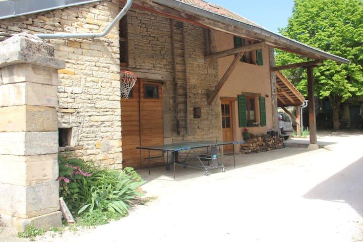 Maison en pierre, avec jardin