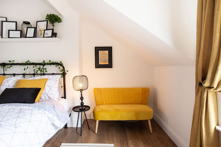 Luxurious King-size Bedroom on trendy Ormeau Road