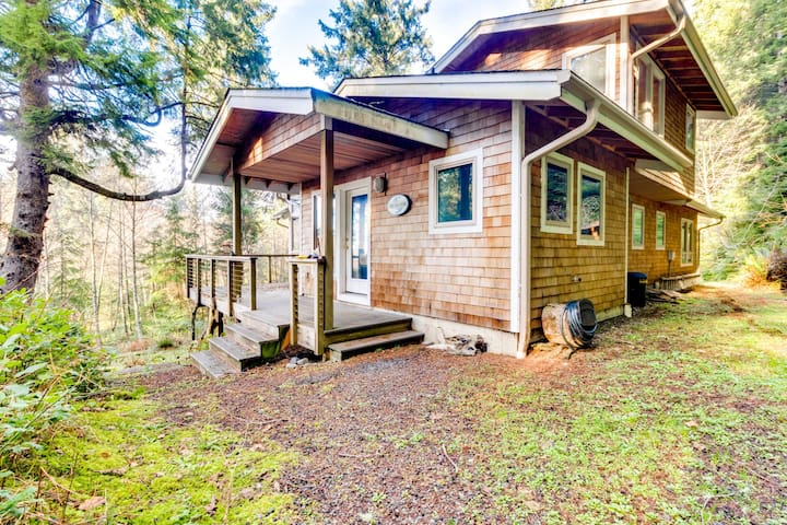 Secluded woodland home w/ Ping-Pong - 2 blocks to beach, dogs OK!