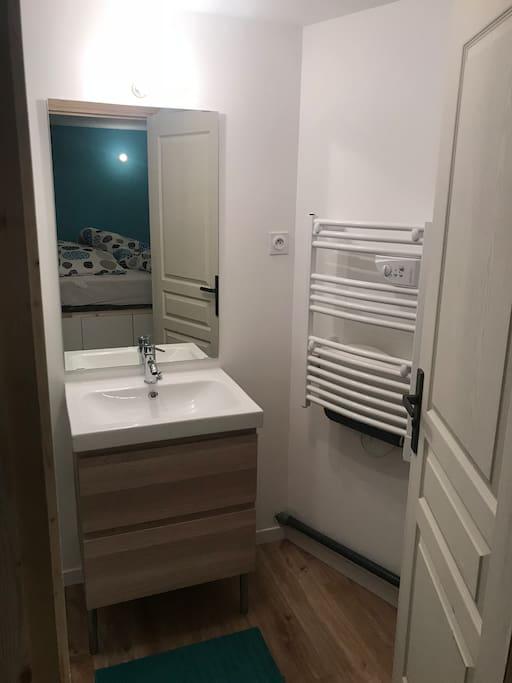 Espace salle de bains avec sèche serviette