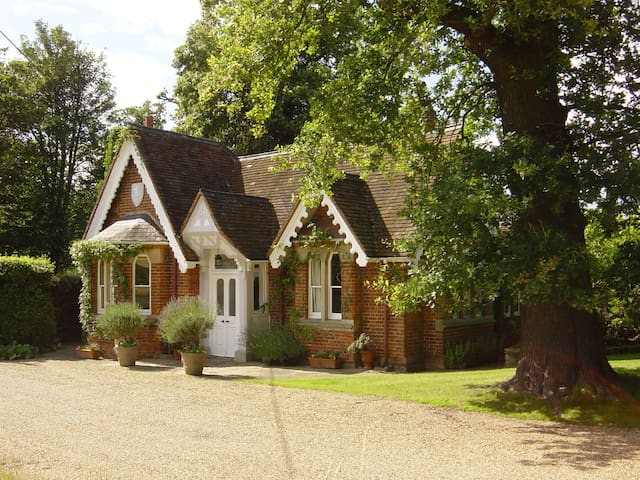 Classic English Country Cottage with great views - Old Windsor - Hus