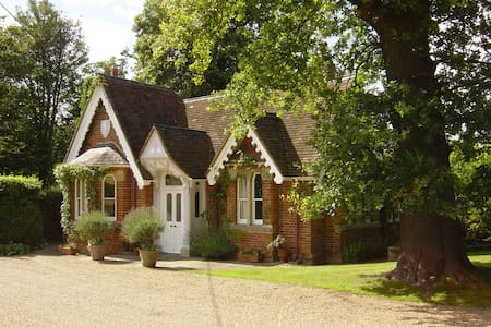 Classic English Country Cottage with great views - Old Windsor - Haus