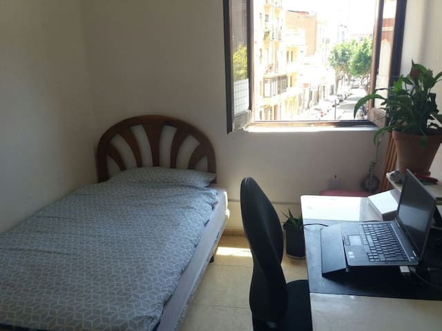 Kleines Schlaf,- und Arbeitszimmer mit Bett, Schreibtisch und Kleiderschrank