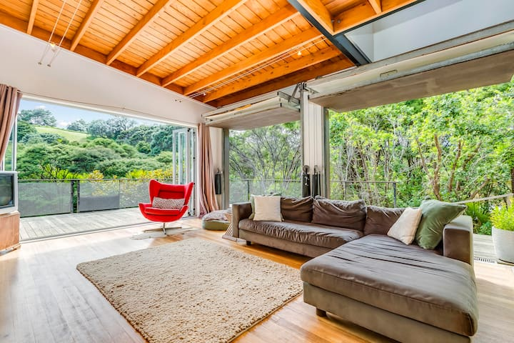 4min walk to Onetangi Beach - privacy haven