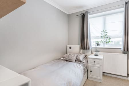 Cosy airy  single room, shared bath, free parking - Abbots Langley - Ház
