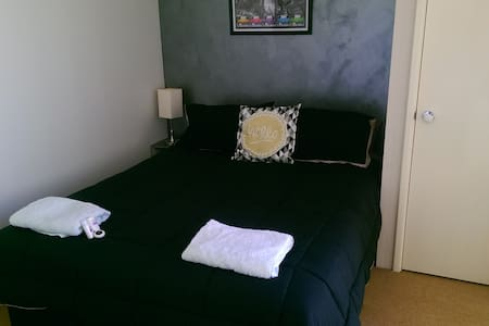 Private room with Queensize bed R/C - College Grove