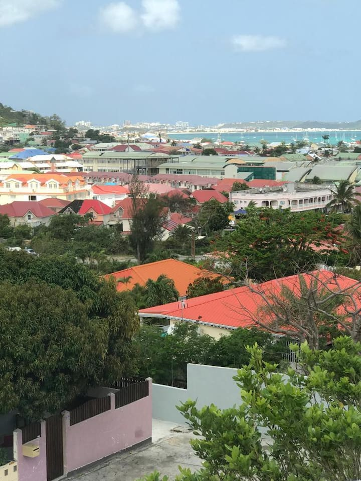 Private Room, Steps from Princess Juliana Airport!