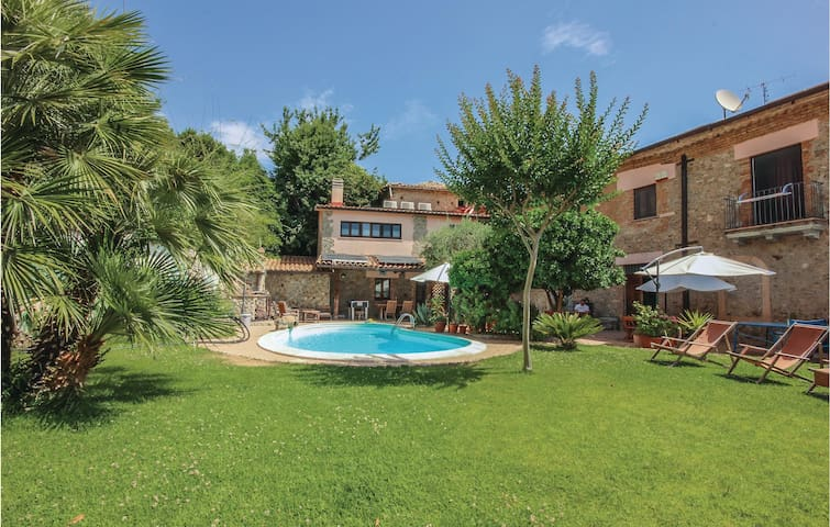 Semi-Detached with 4 bedrooms on 350 m²