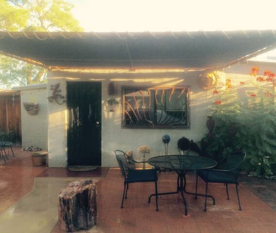 Charming Guest House Near Downtown, UofA