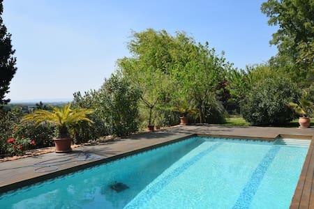 Prachtig appartement met zwembad in Les Granges-Gontardes
