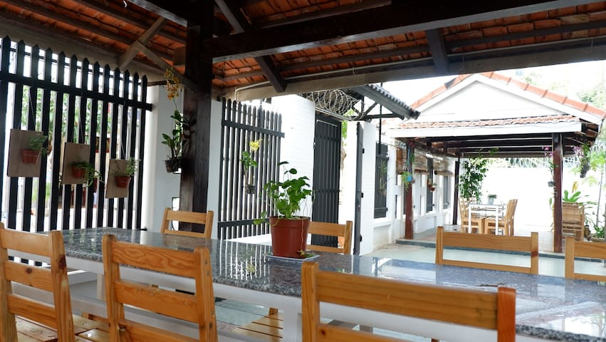 Two spacious dining huts in front of the Villa Ali 5B