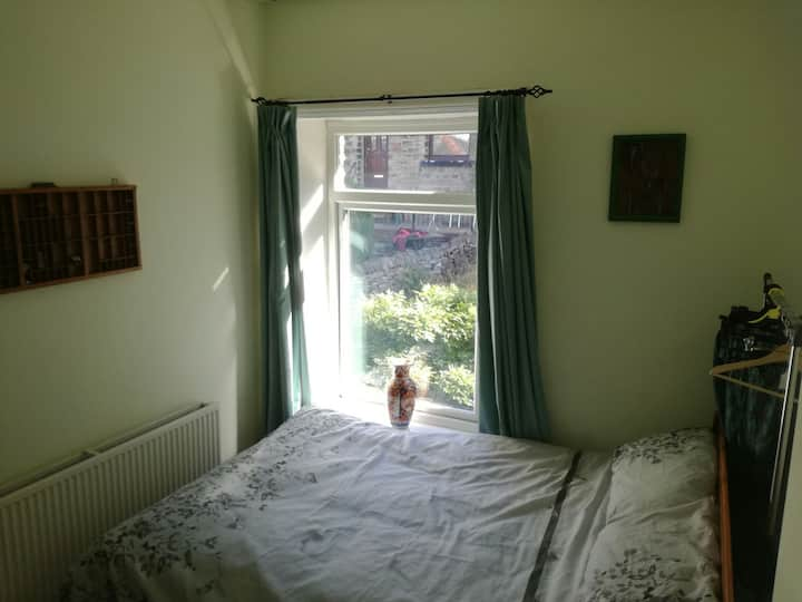Cosy double room in quiet cottage. Multi linguist