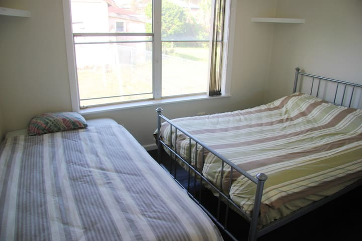 Bargain Private Room in Central Forster 2km Beach - Forster - Huis
