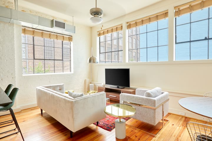 Sonder | Constance Lofts | Bright 1BR + Laundry