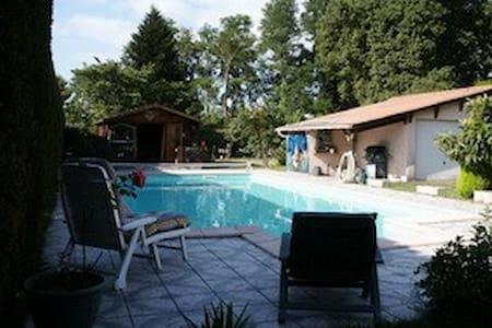 2 CHAMBRES dans maison, piscine, jardin, 6km mer - Tosse