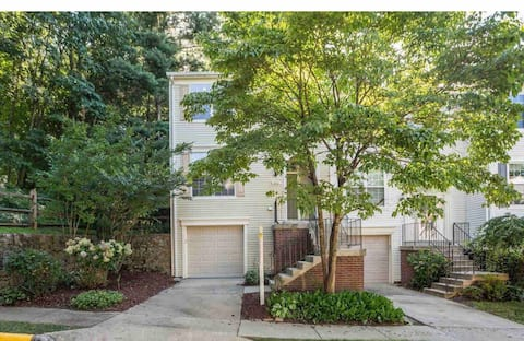Stylish Private 3 BedRoom Townhome Near DC