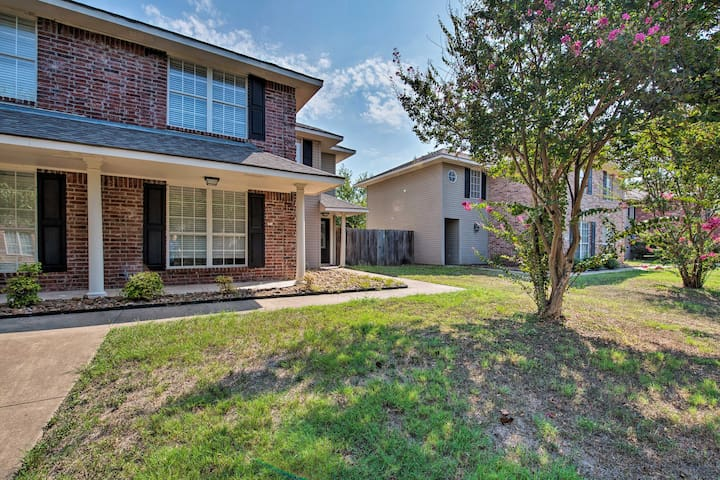 NEW! College Station Townhome - 1.4 Mi. to Campus!