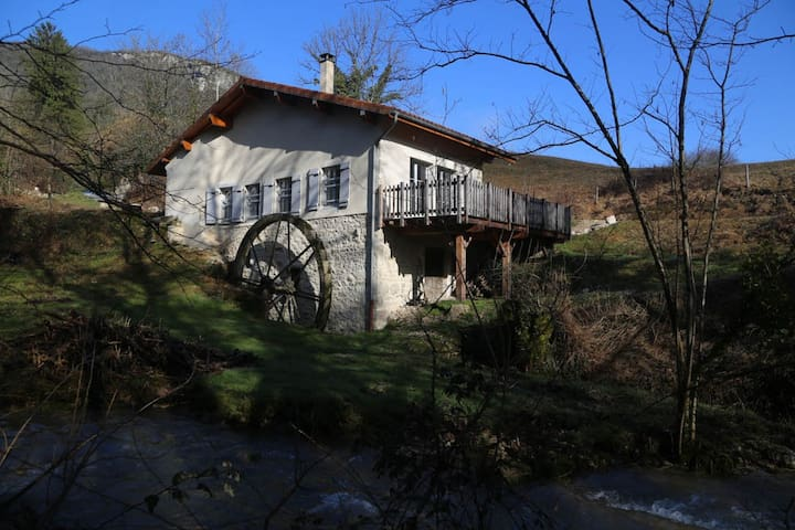 Moulin rénové dans le Jura sud - gîte *** - Thoirette - Luontohotelli