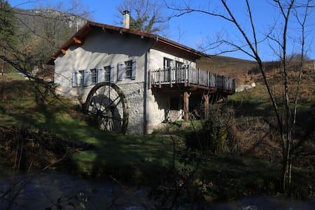 Moulin rénové dans le Jura sud - gîte *** - Thoirette - Alojamento ecológico