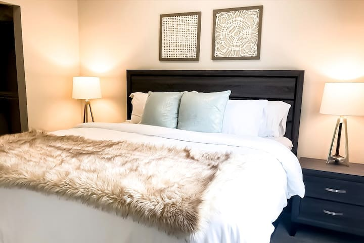 ~ Luxury Double King Bed Apt at The Brix ~ Hot Tub! ~