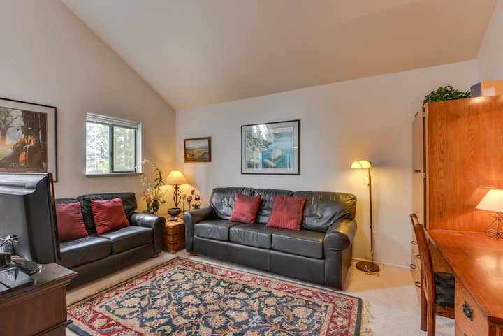 Second-floor studio condo w/ shared pools, close to golf & shopping!