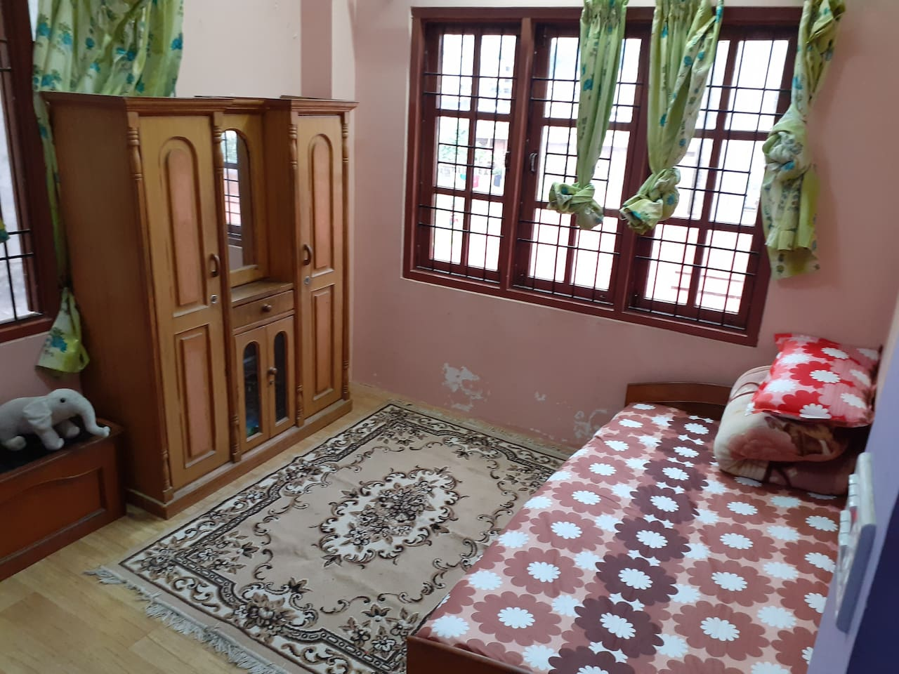 Peaceful environment ,high speed wifi, good hospitality, spacious, lot of parking area, family environment, near bus stop just 1 minute walk, hospita HAMES is near, its spacious for kid, hygienic food, neat and clean house as well as good neighbor's.