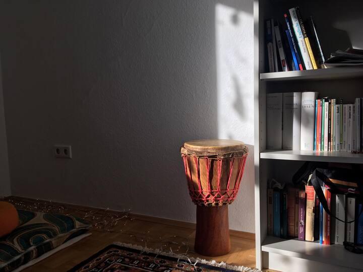 Comfortables Zimmer im Kontext eines Kulturortes