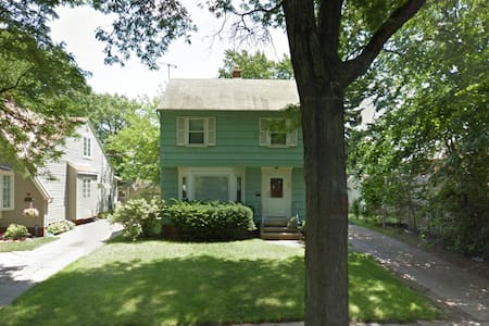 Charming Westside Colonial (Pets OK!) - Cleveland - Casa