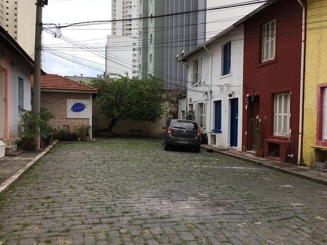 Casa de artista em Vila fechada na Barra Funda