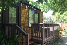 """Uptown """"Studio"""" Private Entrance in Magic Garden"""