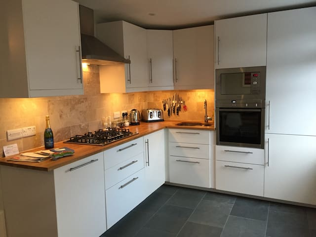 Wonderful home + parking (up to 10) - Tenby - House