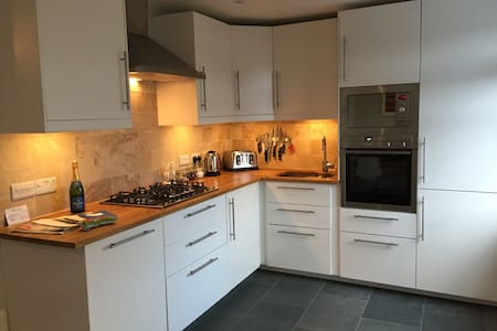 Wonderful home + parking (up to 10) - Tenby - Casa
