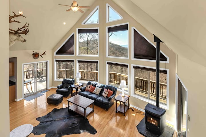 *NEW* Luxury Mountain Chalet, Tiki Bar & Views!