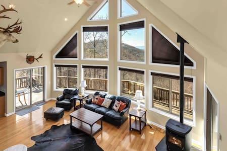 Luxury Mountain Chalet, Tiki Bar & Views!