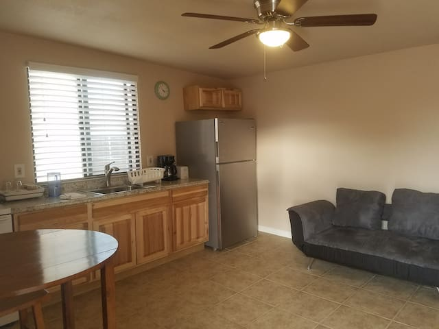 Newer Furnished Guest House Central Tucson TV Wifi