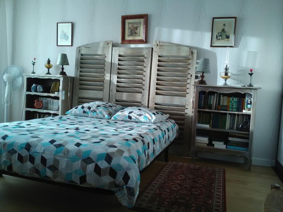chambre avec un lit de 140cm
