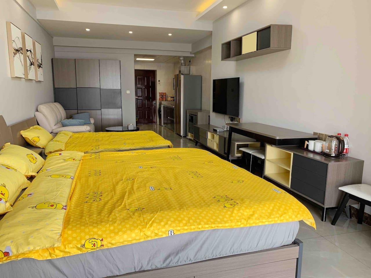 一张1.8x2米的大床,一张1.35x2米的小床