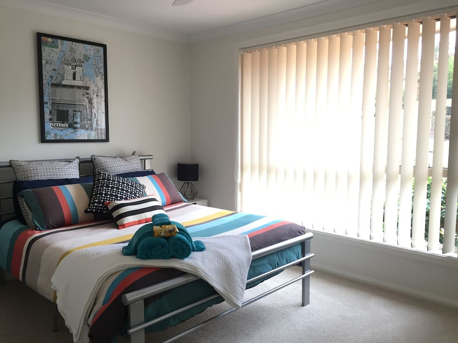 Spacious bedroom with Queen bed. All linen and towels provided.