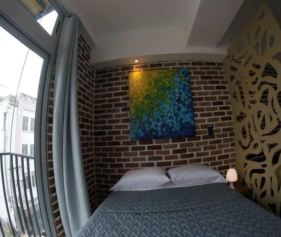 Double bed (135 cm x 188 cm)