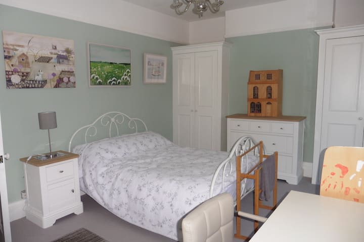 Large  bright double bedroom in leafy Fulham