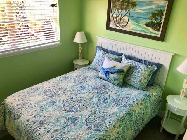 Queen bed with Tempur-pedic mattress